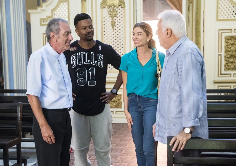 Paloma (Grazi Massafera) apresenta Padre Paulo (Guti Fraga) para Alberto (Antonio Fagundes) — Foto: João Miguel Junior/Globo