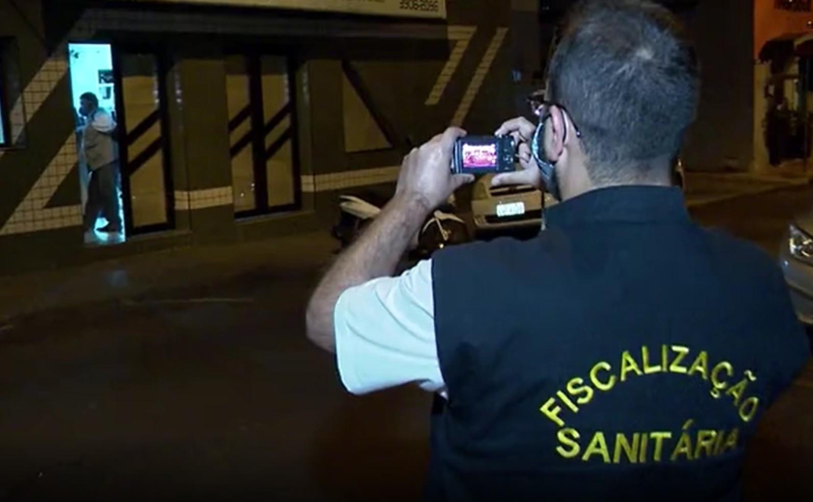 Fiscalização noturna flagra academia aberta no Jardim Bongiovani e Vigilância Sanitária aplica multa