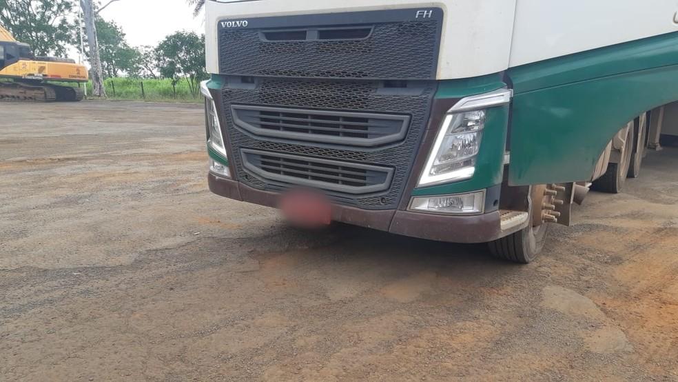 Caminhão foi abordado na BR-153, em Bady Bassitt (SP) — Foto: PRF/Divulgação