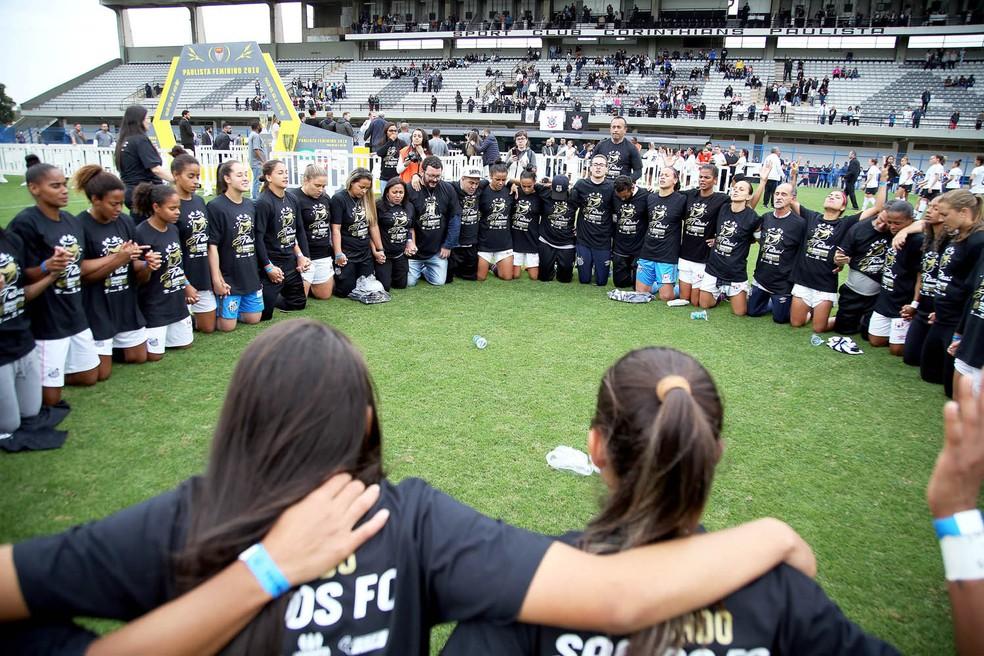 Jogadoras do Santos agradecem pelo título — Foto: Pedro Ernesto Guerra Azevedo/Santos FC