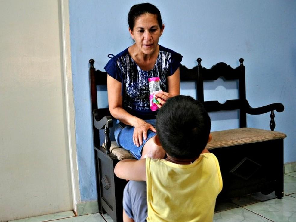 Sônia, mãe de Eliza Samudio, com o neto Bruninho. — Foto: Tatiane Queiroz/ G1MS