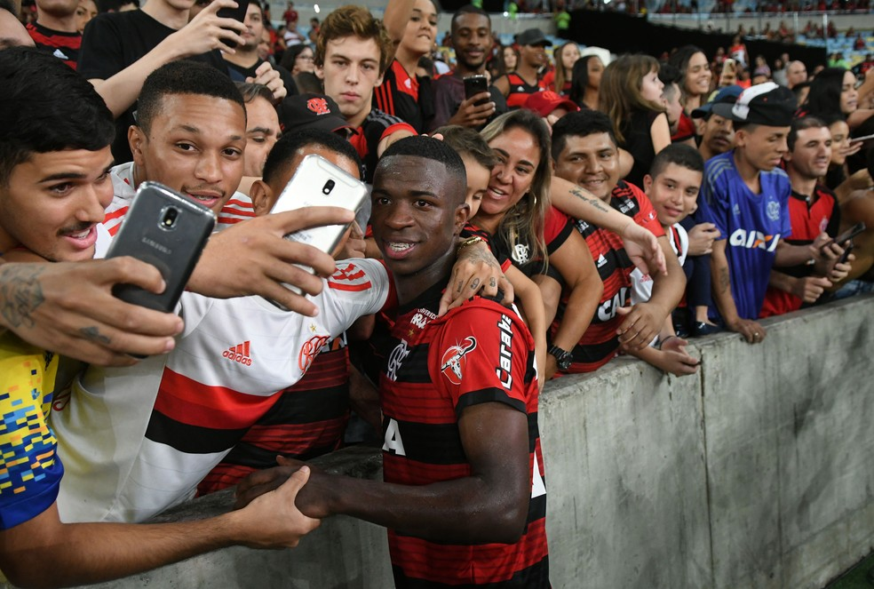 Tom de despedida: Vinicius Jr. tirou fotos, abraçou torcedores, jogou a camisa... (Foto: Alexandre Durão)