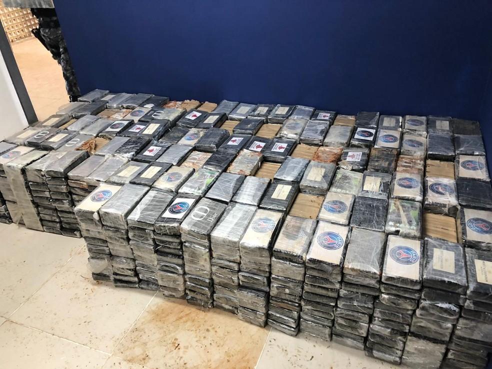 Tabletes de cocaína foram encontrados em uma casa em Jaboatão dos Guararapes, no Grande Recife — Foto: PM/Divulgação