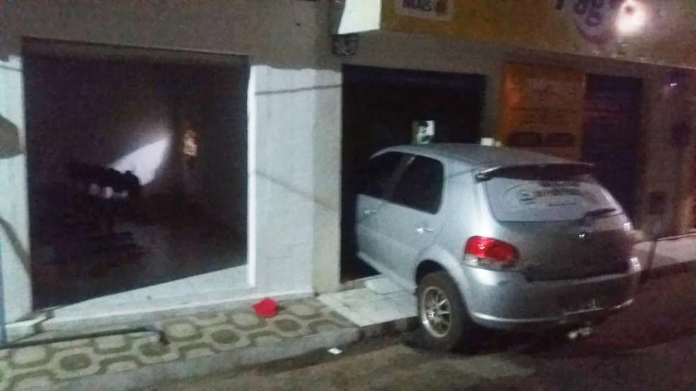 Em Arez, os bandidos usaram um carro roubado para arrombar a porta da lotérica — Foto: Redes sociais