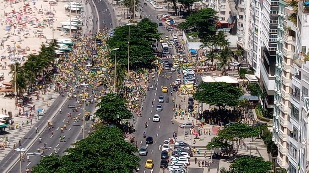Manifestantes se concentraram na Orla de Copacabana em ato de apoio ao presidente Jair Bolsonaro — Foto: Willians Pereira/TV Globo