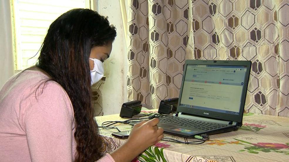 Adyula não conseguiu o auxílio emergencial porque, por um erro, tem dois empregos em aberto — Foto: Reprodução/TV Gazeta