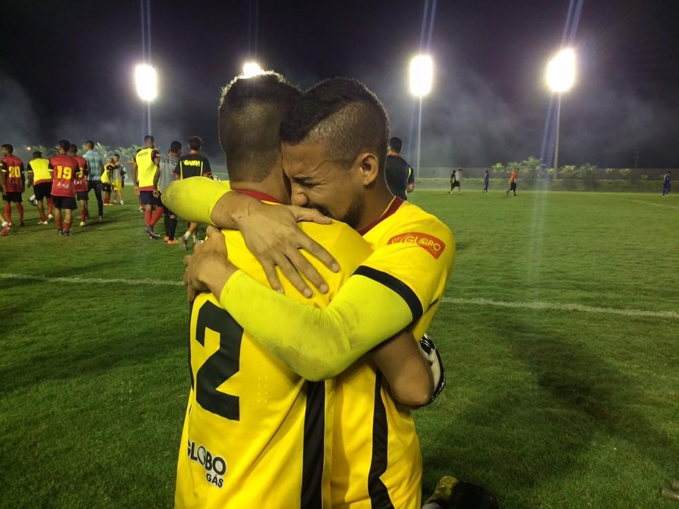 Rafael e Dasaev se abraçaram após a partida (Foto: Augusto Gomes/GloboEsporte.com)