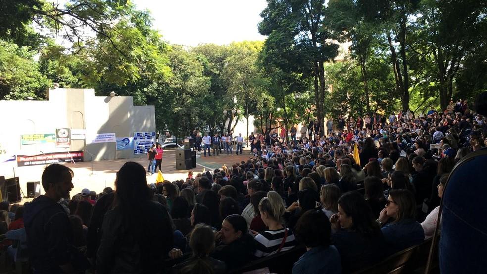 Protesto contra a reforma da Previdência ocorre na Praça de Ijuí, no Noroeste do estado — Foto: Reprodução/RBS TV