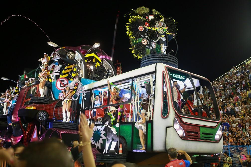 Segundo carro alegórico da Grande Rio aborda a falta de educação no trânsito — Foto: Rodrigo Gorosito/G1