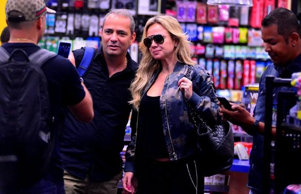 Eliana posa com fã em aeroporto (Foto: William Oda/AgNews)
