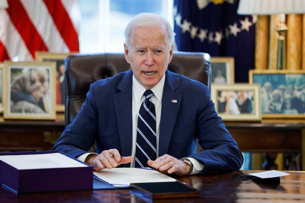 "Joe Biden assina o ""plano de resgate americano"" em Washington — Foto: Tom Brenner/Reuters"
