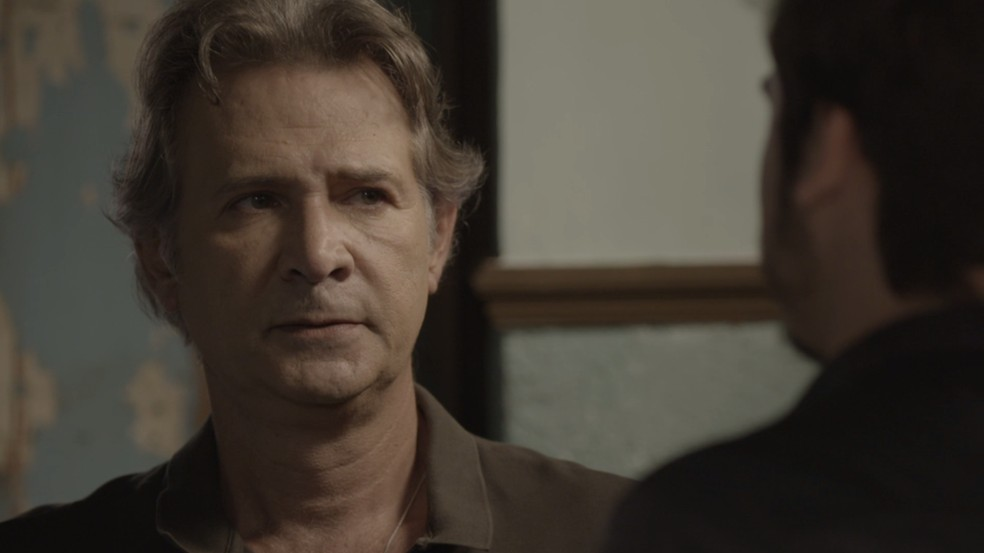 Livaldo (Nelson Freitas) vai até a SamVita para conversar com Samuca (Nicolas Prattes), na novela 'O Tempo Não Para' — Foto: TV Globo