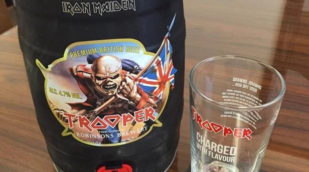 bruce dickinson, cerveja, trooper, iron maiden (Foto: Reprodução)