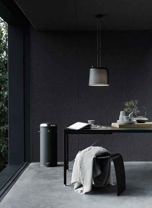 Neste projeto do escritório VIPP, as paredes e o teto foram pintadas de preto (Foto: Divulgação)