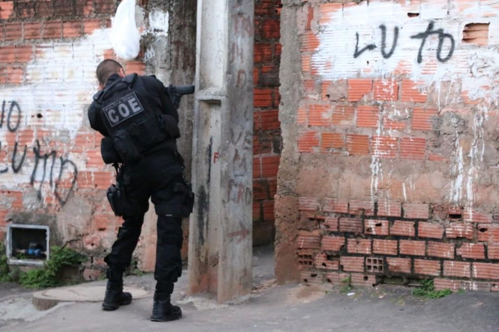 Durante a ação, policiais distribuíram panfletos do 'Disque Denúncia' (Foto: Divulgação/SSP-BA)