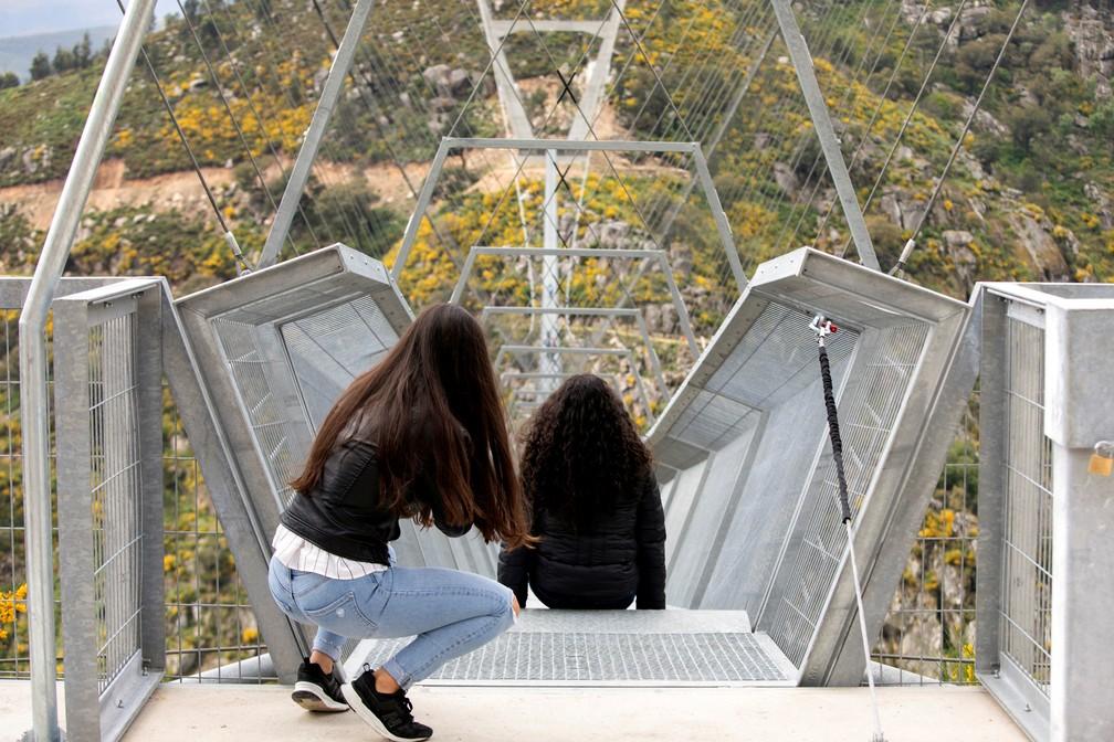 Pessoas atravessam a maior ponte suspensa para pedestres do mundo, a '516 Arouca', agora aberta para residentes locais no norte de Portugal, em 29 de abril de 2021 — Foto: Violeta Santos Moura/Reuters