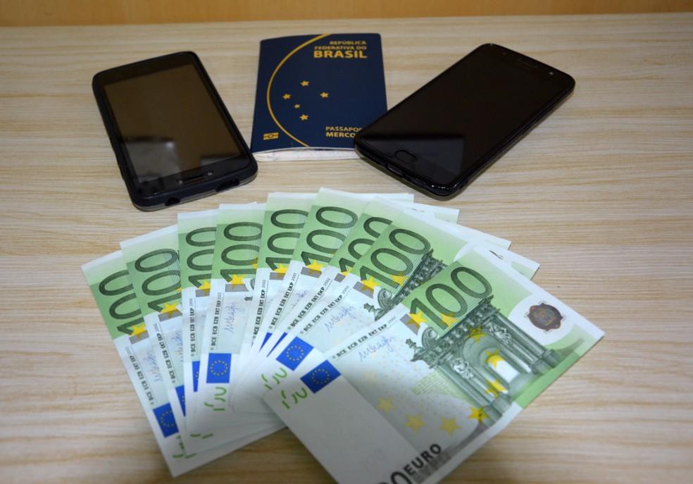 Além de drogas, a polícia apreendeu dois celulares, cartões de embarque e € 1000 (euros), em notas de cem, com passageira no Aeroporto do Recife (Foto: Divulgação/PF)
