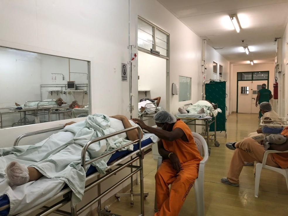 Imagens mostram superlotação de maternidade no Piauí :  pacienets em macas esperando vagas em enfermaria (Foto: G1 PI)