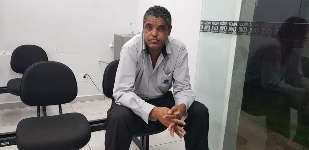 Gilson Vitalino, de 43 anos, diz que foi chamado de 'macaco' por uma moradora do prédio onde trabalha, em Contagem — Foto: Carlos Eduardo Alvim/TV Globo