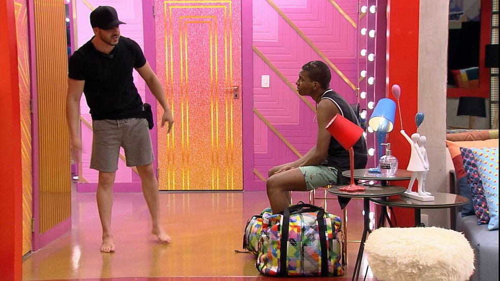 Lucas Penteado arruma as malas e tenta entrar no Confessionário — Foto: Globo
