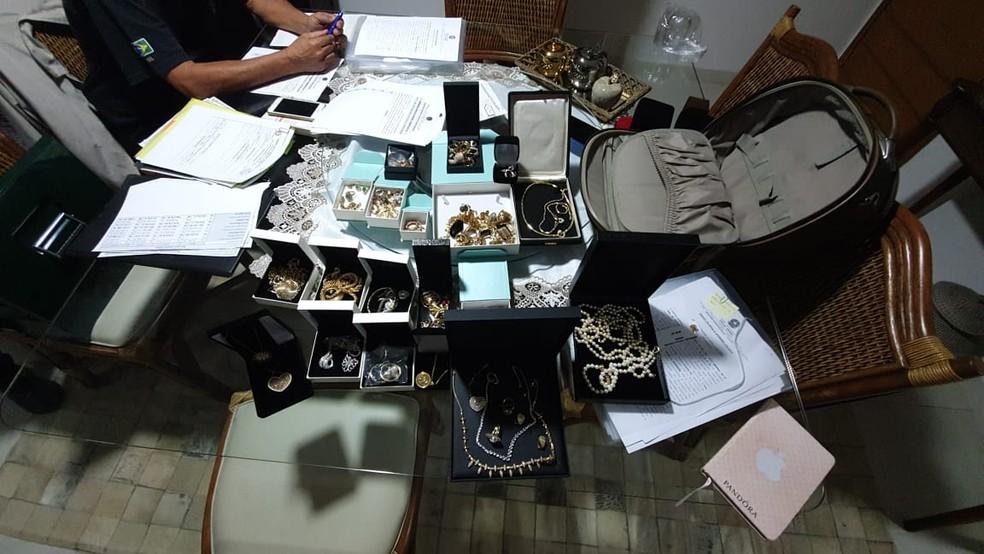 Jóias foram localizadas em casa de investigado em Santos, SP — Foto: Divulgação/Polícia Federal