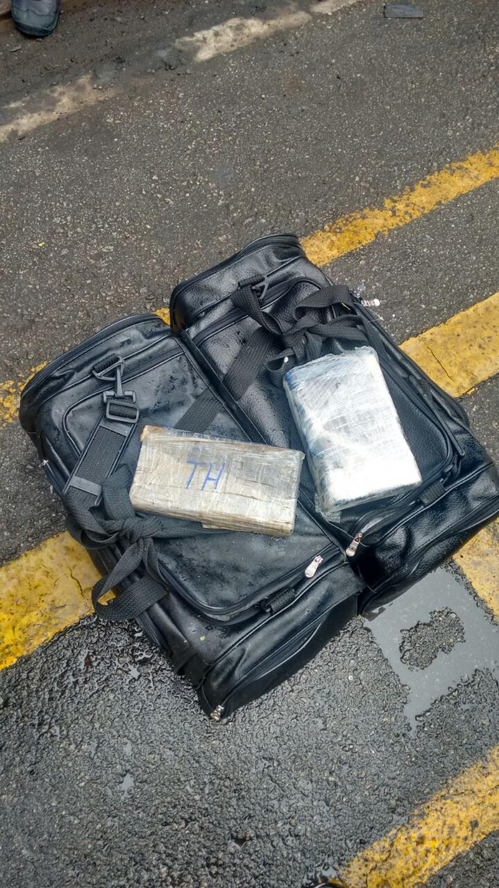 PF apreendeu drogas durante a operação (Foto: G1 Santos)