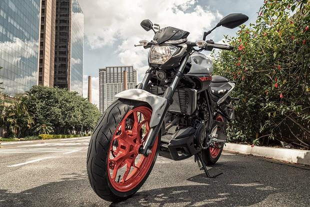 Suspensão dianteira é firme, deixa a moto boa de curvas e tem garfo telescópico de 41 mm de diâmetro (Foto: Daniel das Neves / Autoesporte )