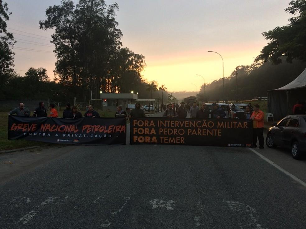 Petroleiros iniciam greve na Refinaria Henrique Lage em São José dos Campos (Foto: Peterson Grecco/ TV Vanguarda)