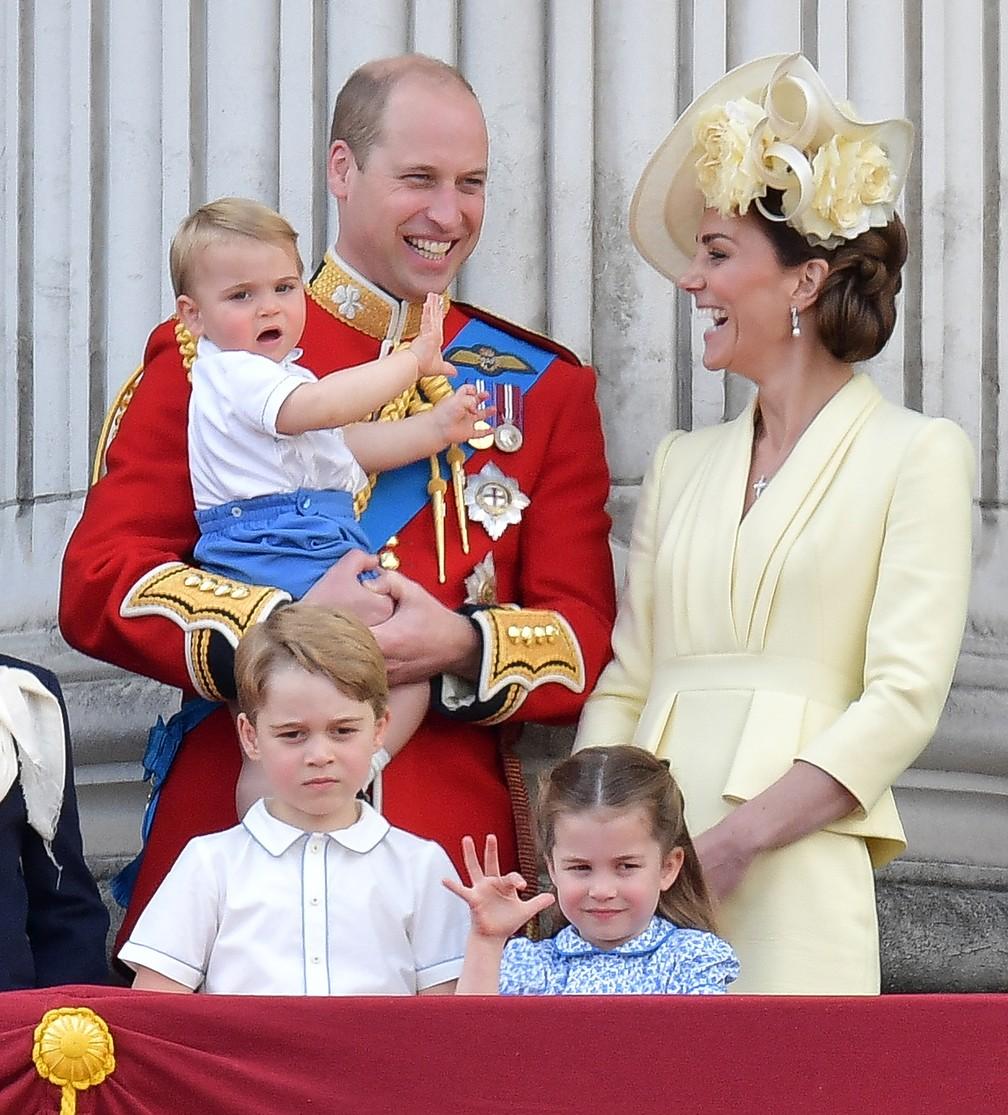 Príncipe Louis no colo do pai, o príncipe William, ao lado da mãe, a duquesa Kate Middleton, e os irmãos George e Charlotte. — Foto: Daniel Leal-Olivas/AFP