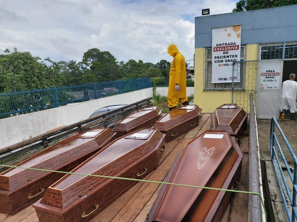 Urnas funerárias em frente ao Hospital Regional de Coari — Foto: Severo Júnior/Arquivo Pessoal