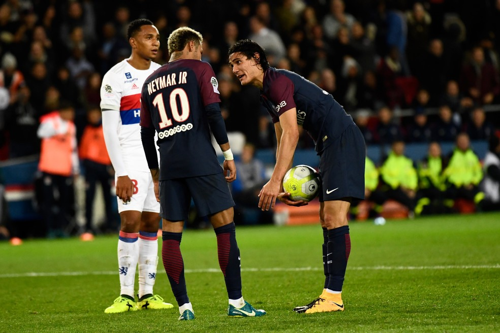 Neymar pede a Cavani para cobrar o pênalti, mas uruguaio se recusa a ceder a cobrança (Foto: Christophe Simon/AFP)