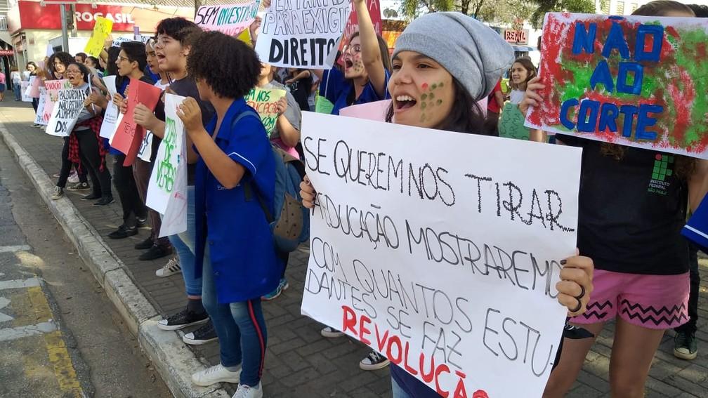 Boituva - estudantes e professores fazem protesto contra bloqueios na educação — Foto: Jamie Rafael/TV TEM