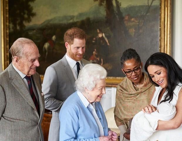 A rainha Elizabeth conhece o filho de Meghan Markle e Harry com o príncipe Philip e Doria Ragland (Foto: Reprodução Instagram)