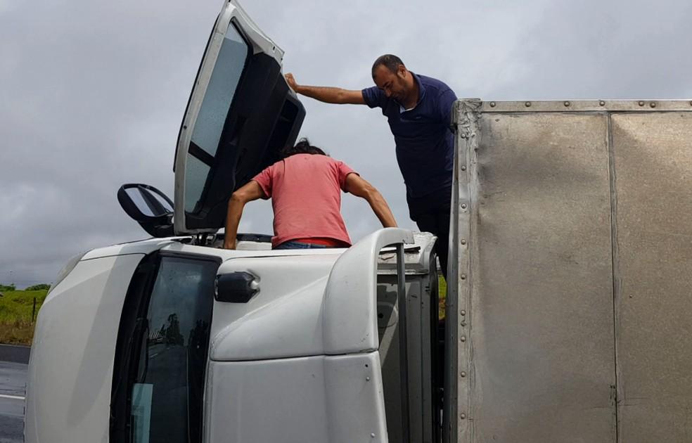 Veículo saiu de Jandira, na Grande São Paulo, e entregaria um carregamento de materiais escolares em Pompeia  — Foto: Alcyr Netto/TV TEM