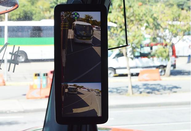 Mesmo as  câmeras ainda não eliminam os  pontos em que o  motorista não vê outros carros  (Foto: André Schaun)