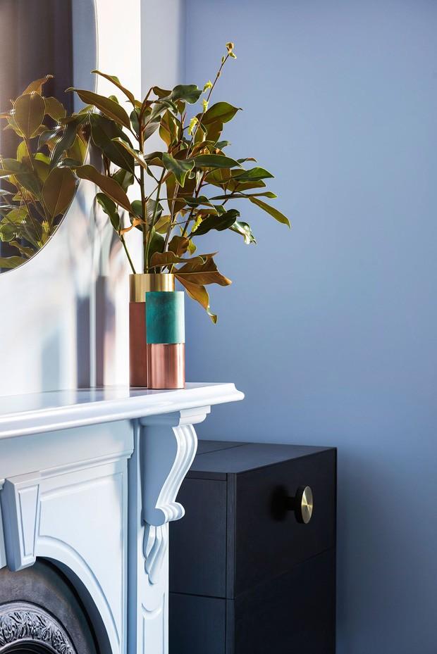 Décor do dia: sala de jantar azul com mobília preta (Foto: Nicole England)