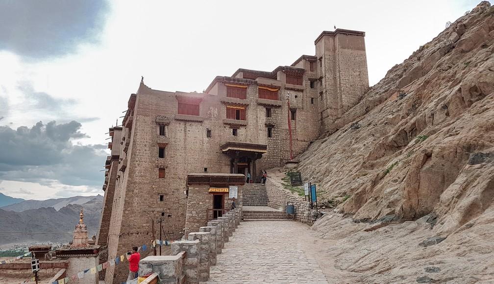 Palácio de Leh, feito no século XVII, fica em encosta no alto da cidade (Foto: Rafael Miotto / G1)