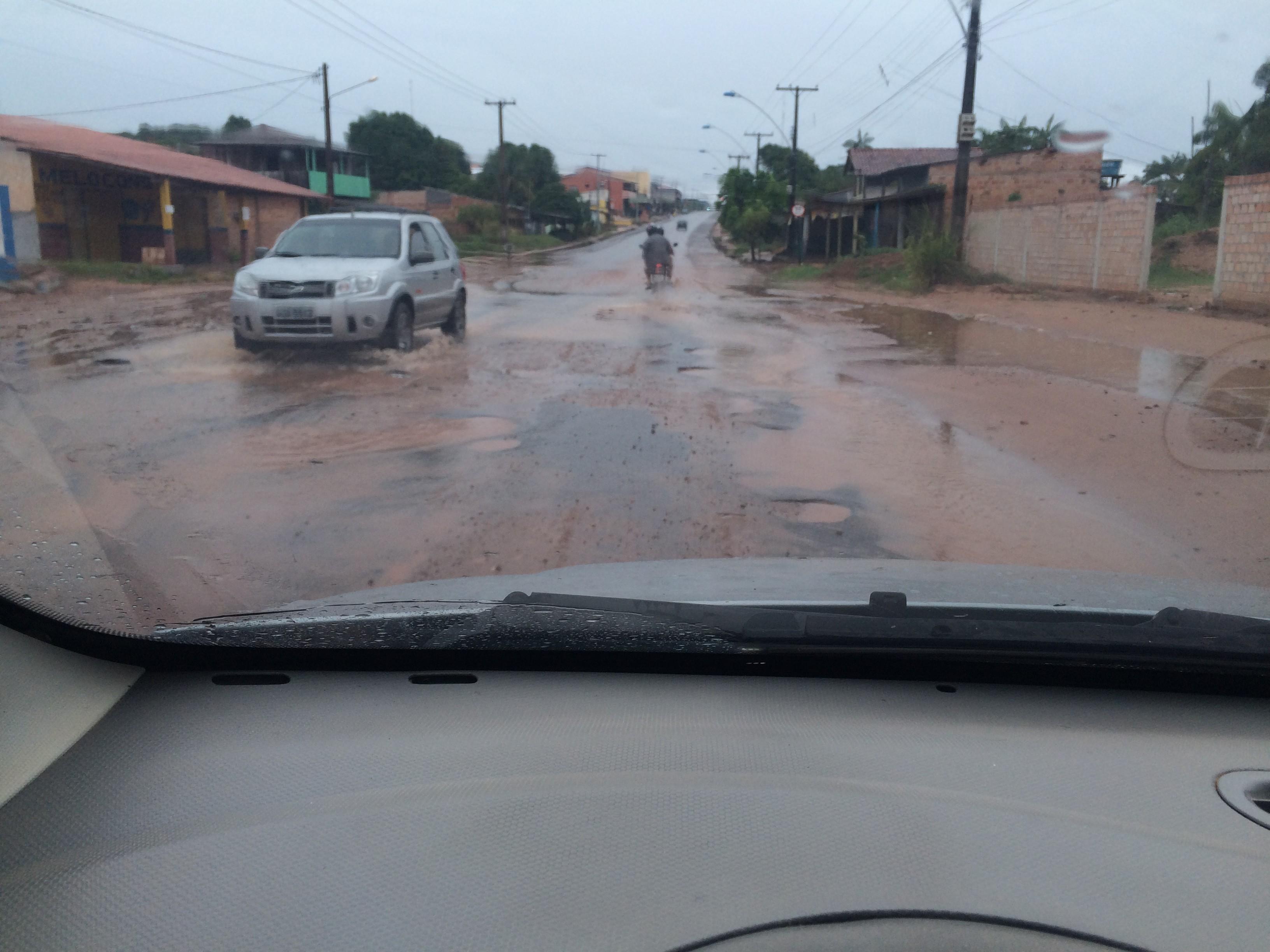 Buracos e lama dificultam trânsito em trecho da Av. Curuá-Una, diz internauta