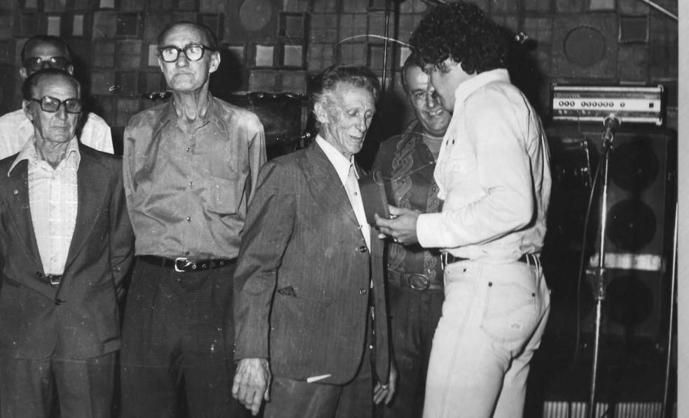 Fernando Carazo (terceiro da esquerda para direita) recebe homenagem — Foto: Reprodução/Cruzeiro