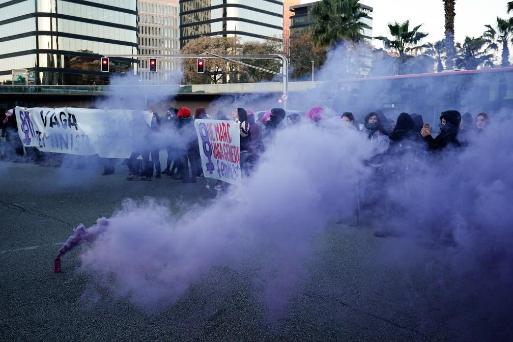 Manifestantes bloqueiam a Gran Via, em Barcelona, em protesto pelo Dia da Mulher, nesta sexta-feira (8)  — Foto: Pau Barrena / AFP