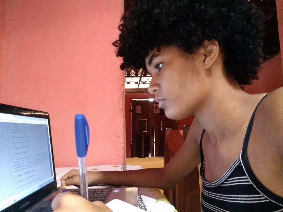 Mais de 400 roteiros de estudos e atividades são disponibilizados na internet para estudantes da rede estadual da BA — Foto: SEC/Divulgação