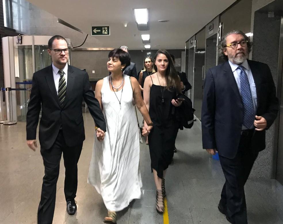 Adriana Villela chega ao tribunal para 9º dia de julgamento; ré chegou acompanhada do advogado (D), do irmão (E) e da filha — Foto: Afonso Ferreira/TV Globo