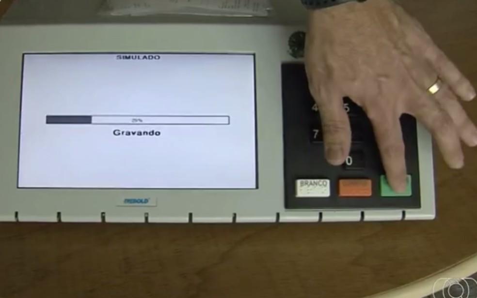 Urna eletrônica, em Goiás — Foto: Reprodução/TV Anhanguera