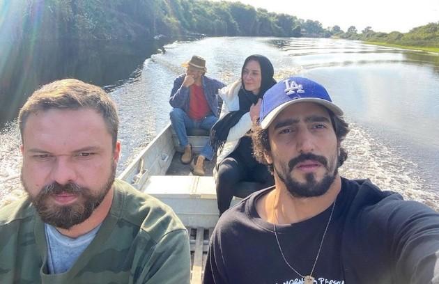 Renato Góes mostra clique dos colegas a caminho de uma das locações do Pantanal (Foto: Reprodução/Instagram)