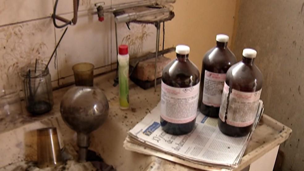 Local tinha produtos químicos armazenados em vidros.  (Foto: Reprodução/Diário TV)