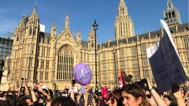 Manifestantes se reuniram em Londres e outras cidades da Europa, como Paris e Lisboa, contra Bolsonaro (Foto: BBC News)