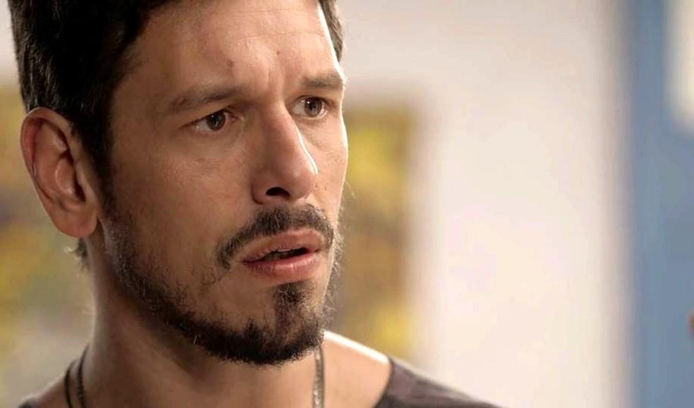 Alain (João Vicente de Castro) se assusta com a reação de Cris ao ler a carta de Julia — Foto: TVGLOBO