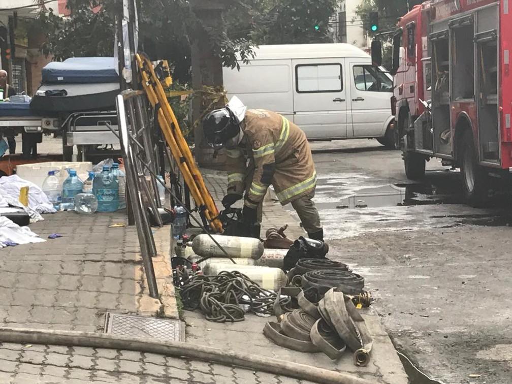 Bombeiros atuam no Hospital Badim após incêndio — Foto: Cristina Boeckel / G1