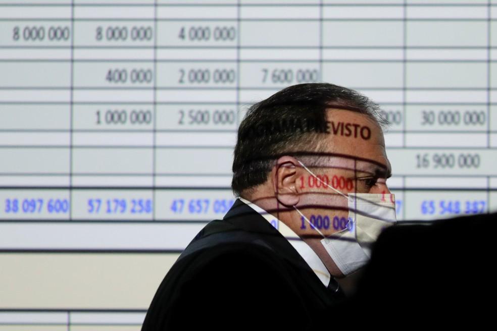 O ex-ministro da Saúde Eduardo Pazuello após entrevista coletiva em Brasília — Foto: Ueslei Marcelino/Reuters