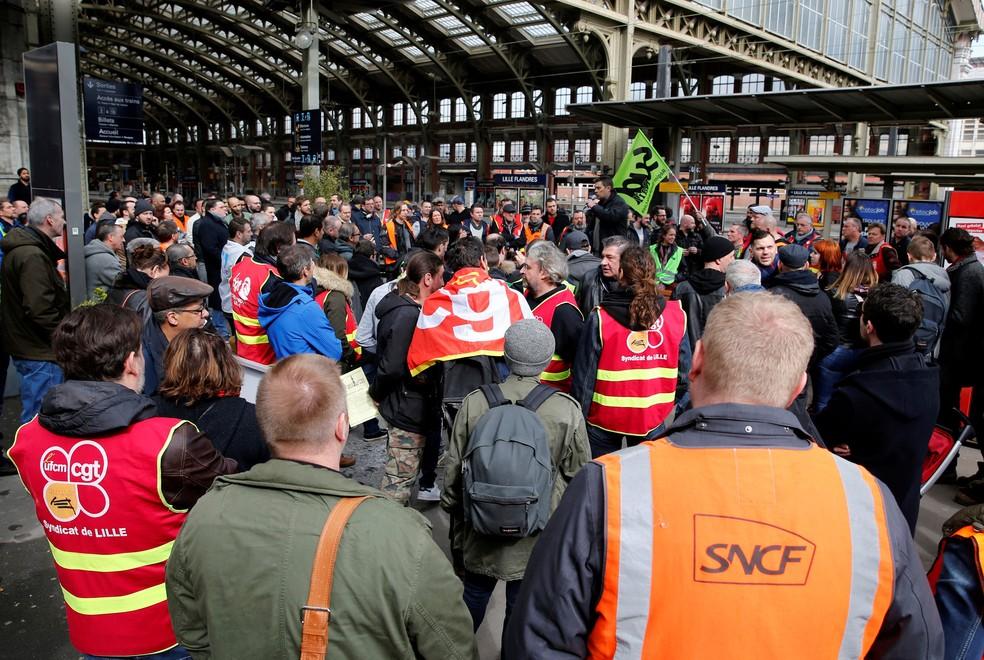 Funcionários da SNCF e sindicalistas fazem protesto nesta terça-feira (3) na estação de Lille Flandres  (Foto: Pascal Rossignol/ Reuters)